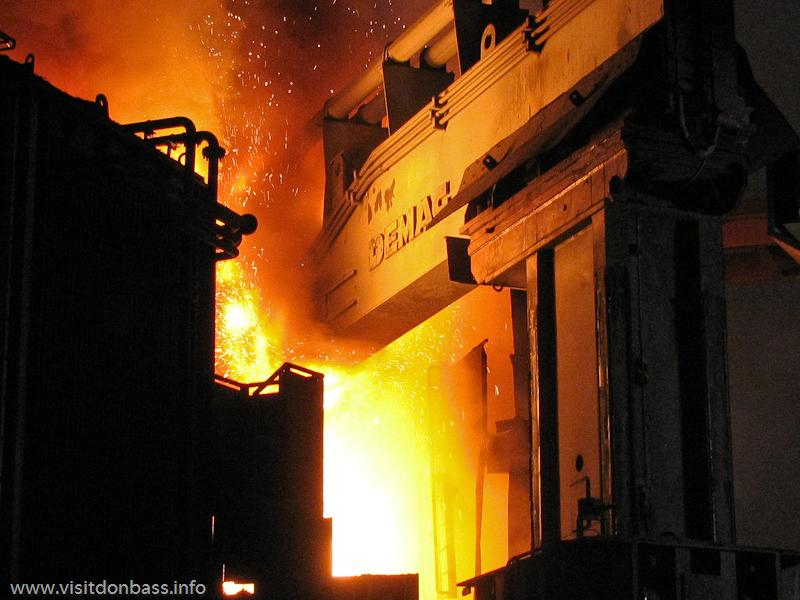 Процесс выплавки стали в ДЭСП на металлургическом заводе ArcelorMittal Esch-Belval в Люксембурге