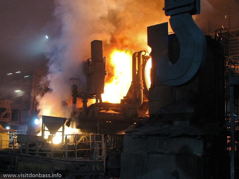 Дуговая электросталеплавильная печь на металлургическом заводе ArcelorMittal Esch-Belval в Люксембурге
