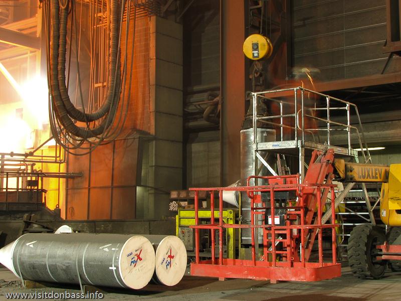 Электроды для дуговой электросталеплавильной печи на металлургическом заводе ArcelorMittal Esch-Belval в Люксембурге