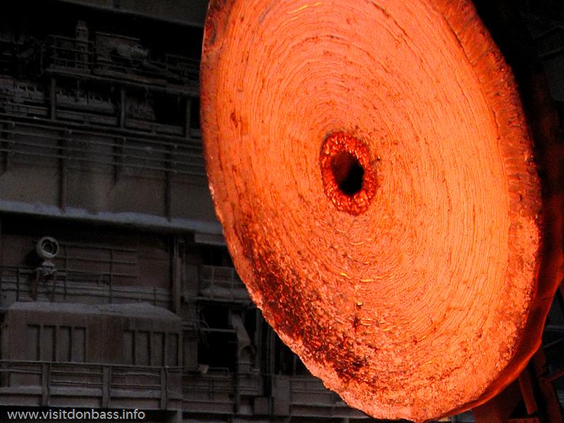 Горячая жидкая сталь окрашивает стены в яркие цвета на металлургическом заводе ArcelorMittal Esch-Belval в Люксембурге