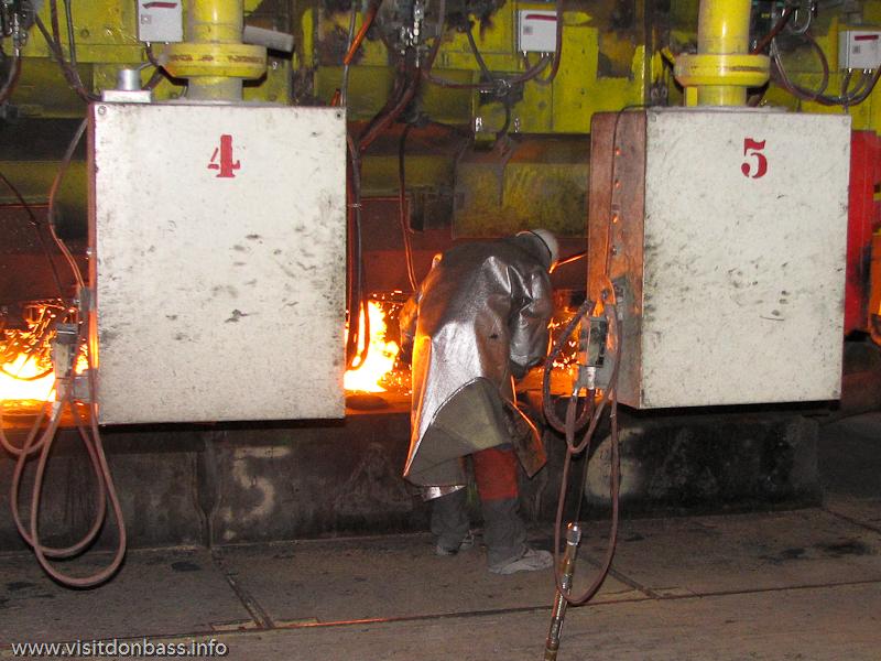 Металлурги работают у печи на металлургическом заводе ArcelorMittal Esch-Belval в Люксембурге