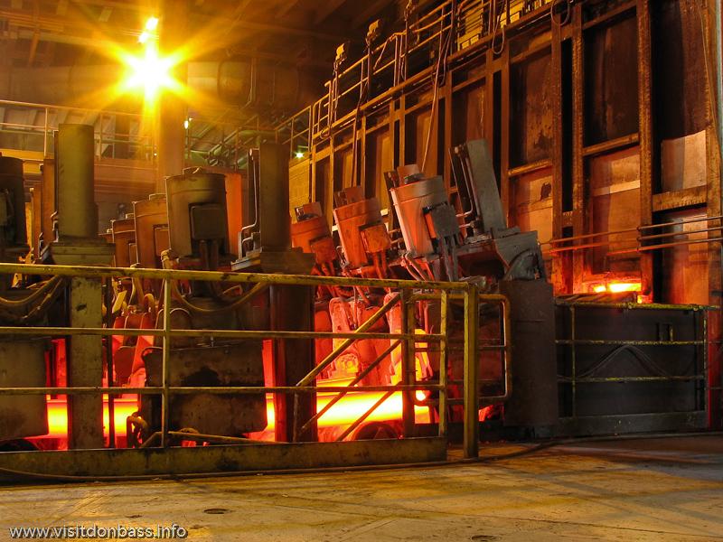 Шестиручьевая сортовая МНЛЗ на металлургическом заводе ArcelorMittal Esch-Belval в Люксембурге льет заготовку сложной формы