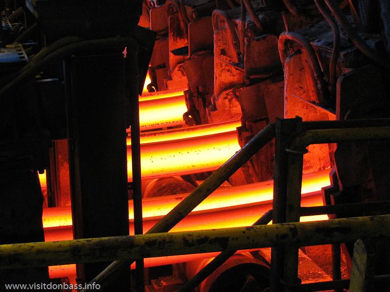 Раскаленная стальная заготовка пластична и легко гнется. Металлургический завод ArcelorMittal Esch-Belval в Люксембурге