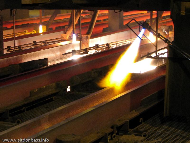 Непрерывнолитую стальную заготовкупосле МНЛЗ режут газовыми горелками. Металлургический завод ArcelorMittal Esch-Belval в Люксембурге
