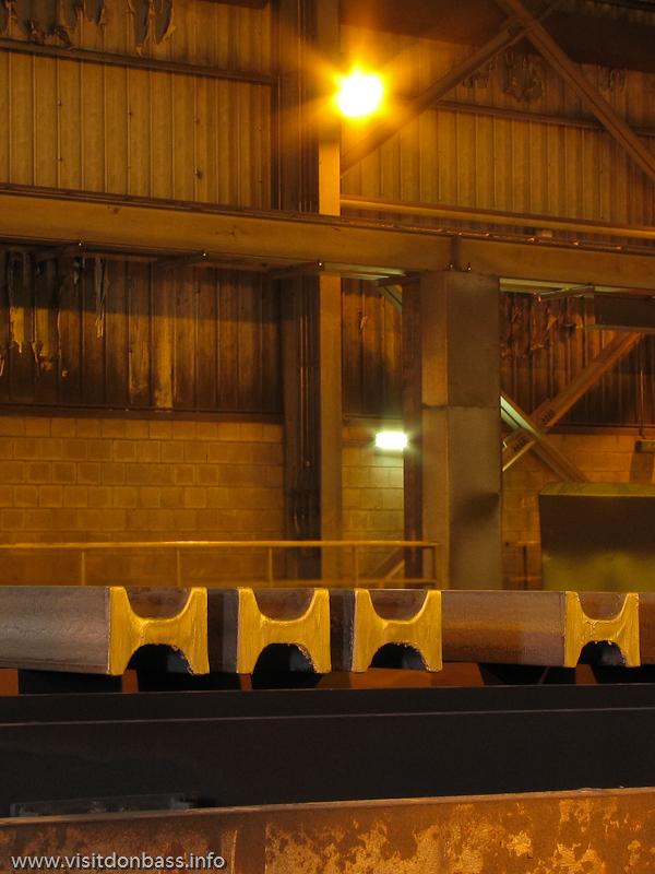 Гладкий срез стальной заготовки сложной формы. Металлургический завод ArcelorMittal Esch-Belval в Люксембурге