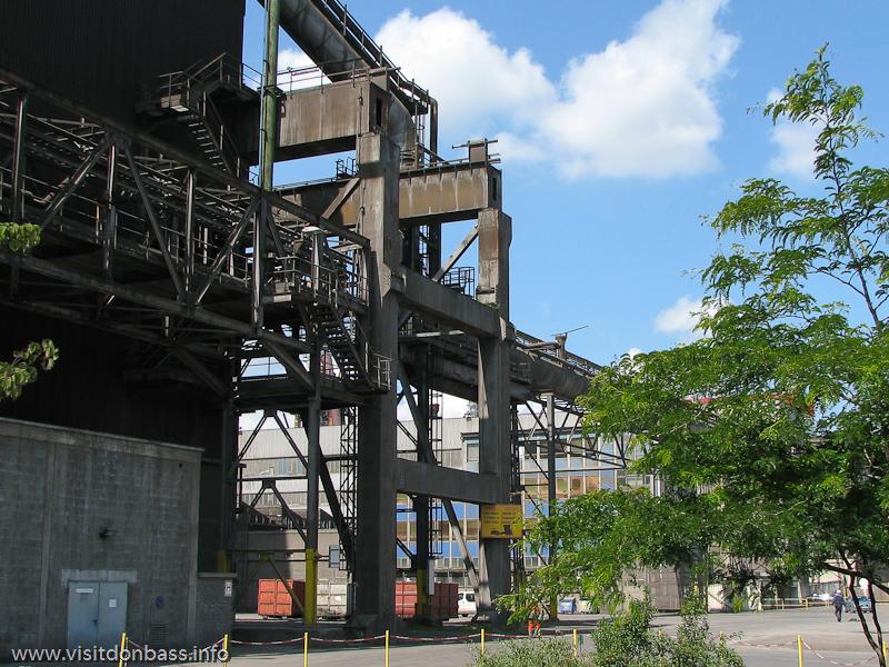 Двор с деревьями и газоном. Металлургический завод ArcelorMittal Esch-Belval в Люксембурге