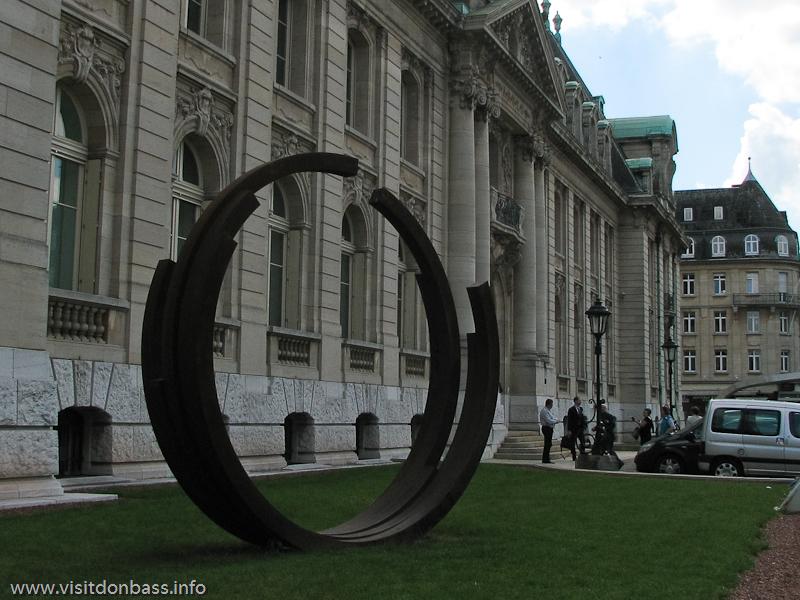 Скульптура из стали в форме кольца перед зданием компании ARBED в Люксембурге