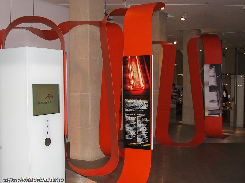 Оранжевая лента, символизирующая расплавленную сталь, служит путеводителем по галерее ArcelorMittal в шато ARBED в Люксембурге