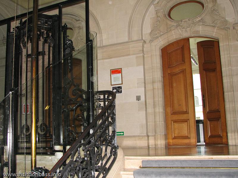 Интерьер здания компании ARBED в Люксембурге: камень, литье, лифты
