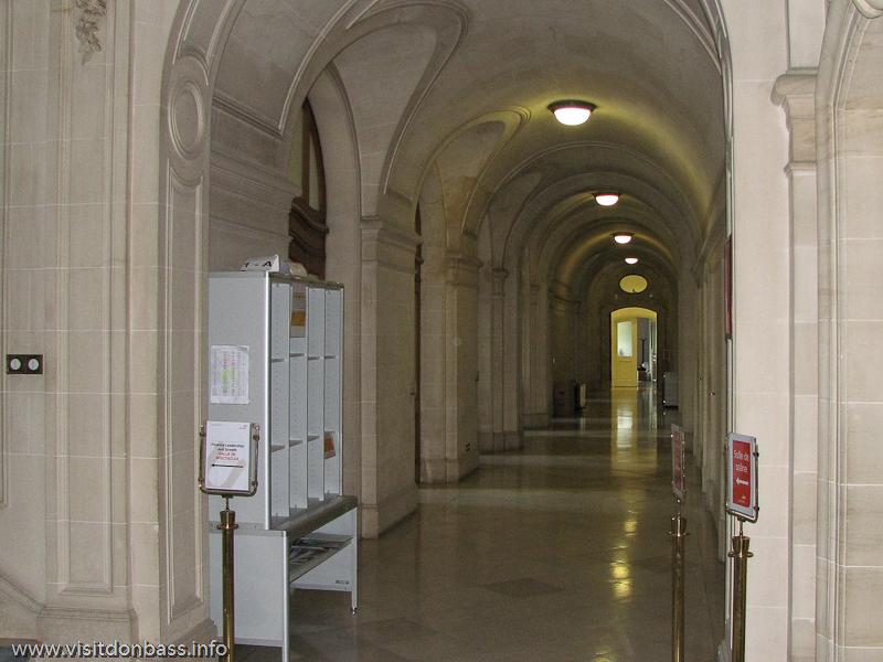Длинные коридоры в здании компании ARBED в Люксембурге