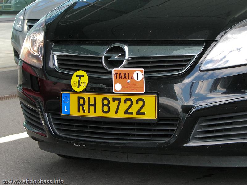 Специальная наклейка и знак на такси в Люксембург-сити