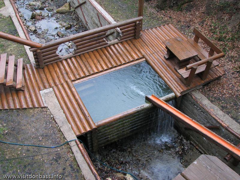 Гостиничный комплекс Мигово. Подвесной бассейн сауны, наполняемый водой из горной реки