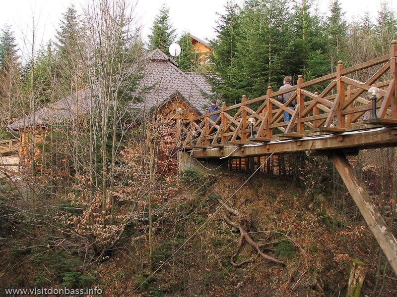 Гостиничный комплекс Мигово. Мост ведет к колыбе