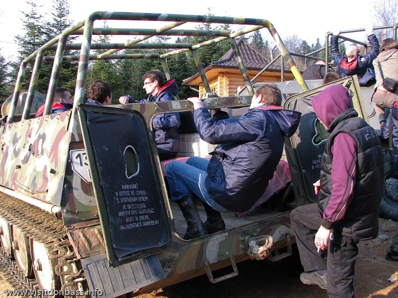 Прокат БТР в Мигово Вижницкий район Карпаты. Туристы катаются на бронетехнике