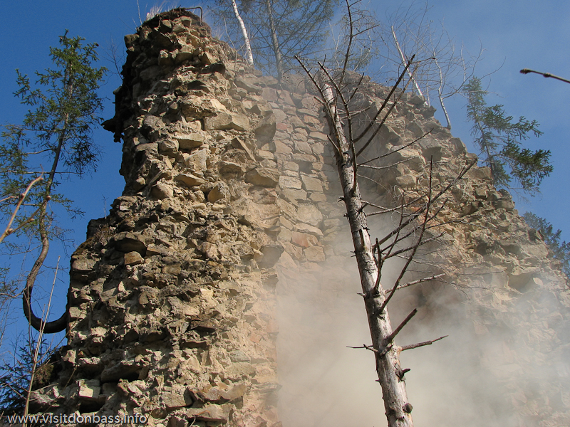 Доменная печь гамарня 19 века в Карпатах Вижницкий район. Иногда она дымит