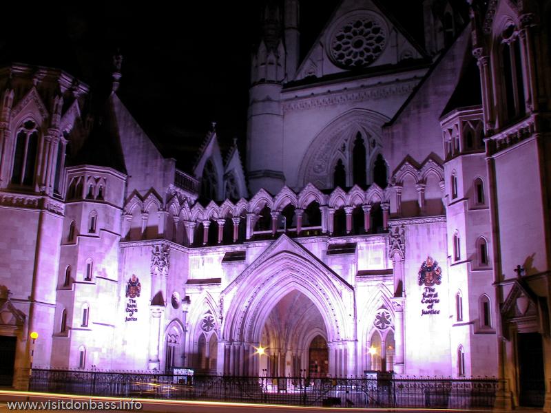 Royal Courts Of Justice в Лондоне благодаря фантастический подсветке превращается в сказочный замок