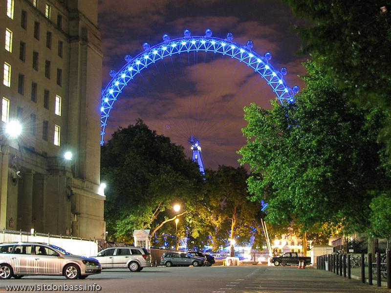Колесо обозрения London Eye в Лондоне с ночной подсветкой