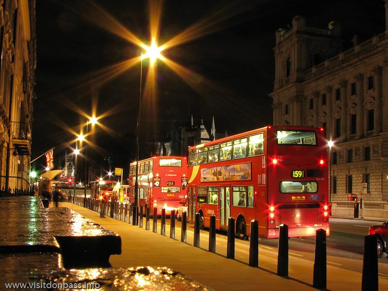 Двухэтажные красные автобусы на улицах ночного Лондона