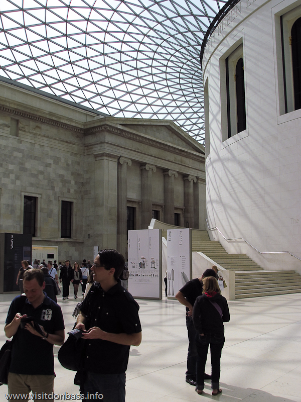 Огромный холл с прозрачными потолками в Британском музее в Лондоне
