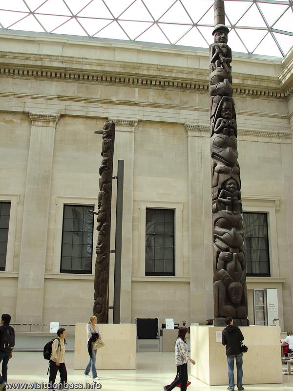 Деревянные ритуальные столбы из Латинской Америки в Британском музее в Лондоне