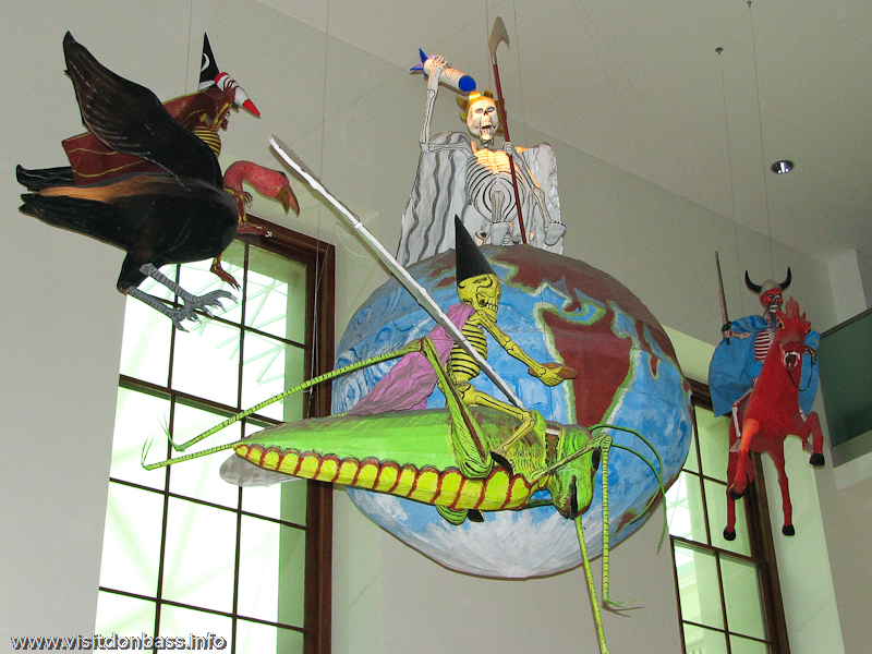 Скульптуры из папье-маше под потолком в Британском музее в Лондоне