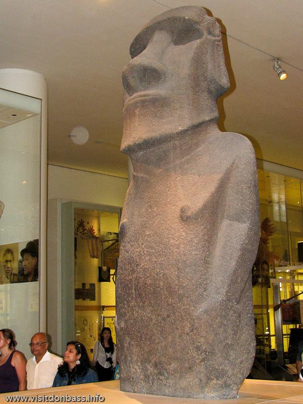 Каменная статуя с острова Пасхи в Британском музее в Лондоне