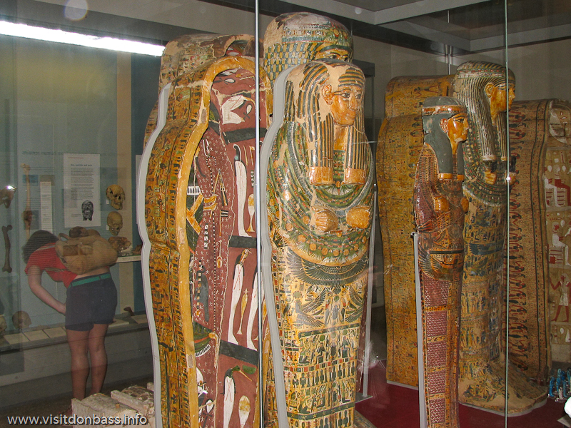 Мумии и саркофаги из Египта в Британском музее в Лондоне