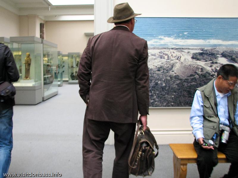 Человек, похожий на Индиану Джонса ходит по залам Британского музея в Лондоне
