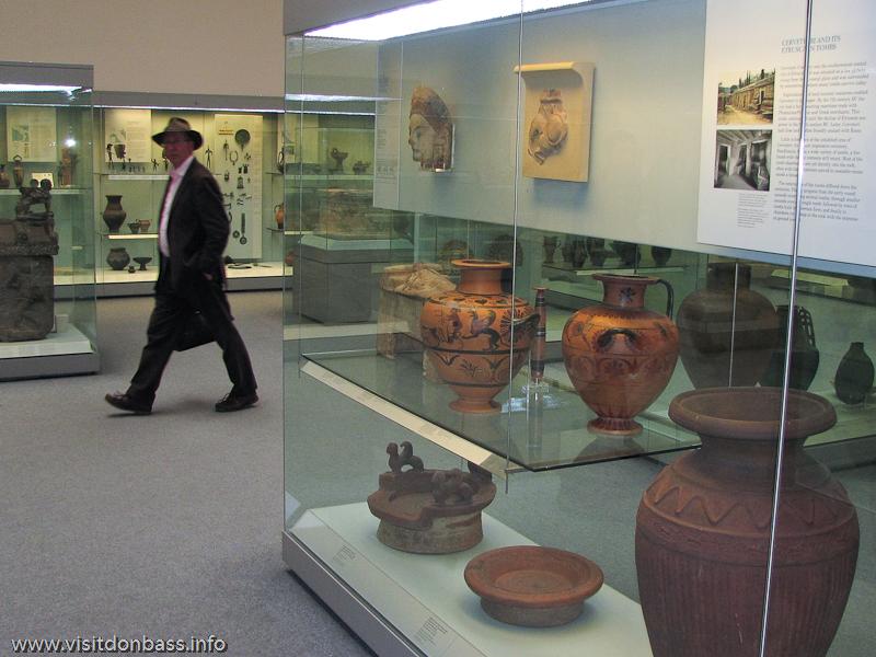 Человек, похожий на Индиану Джонса в Британском музее в Лондоне