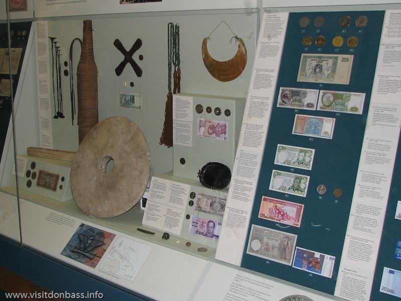 монеты и банкноты в Британском музее в Лондоне, в том числе 1000 российских рублей