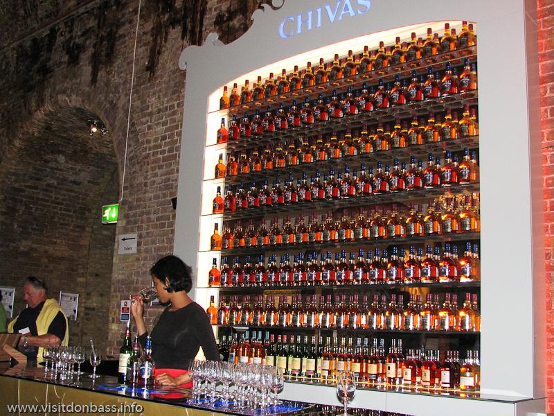Стена из бутылок Сhivas в Винополисе в Лондоне