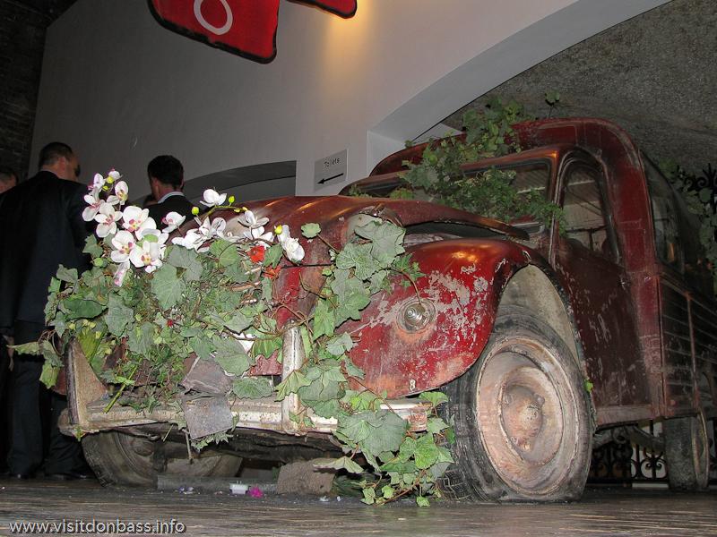 Старый французский автомобиль Citroen в зале французских вин в Винополисе в Лондоне