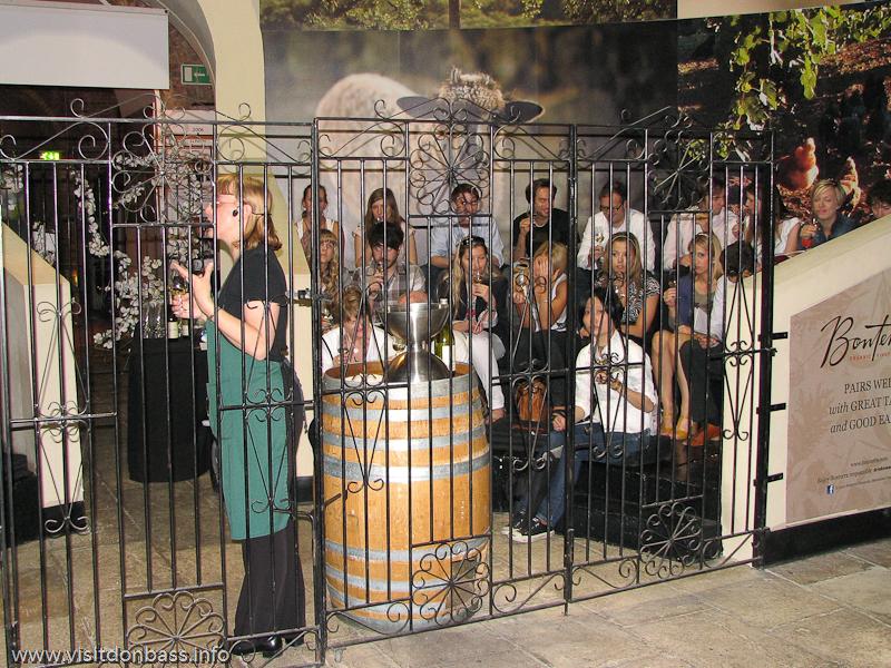 Первым делом в Винополисе нужно прослушать лекцию о правильном потреблении и дегустации вина, в Лондоне