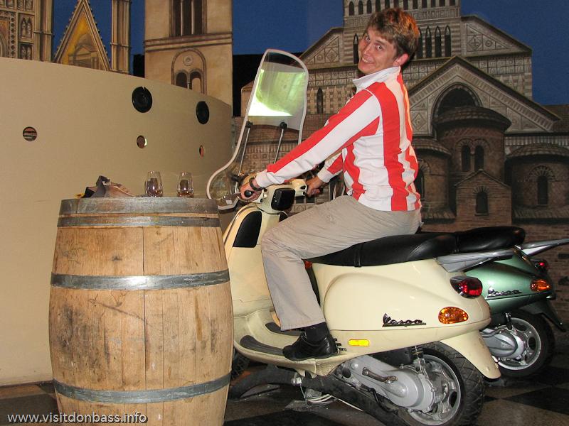Мопед в зале итальянских вин в Винополисе в Лондоне
