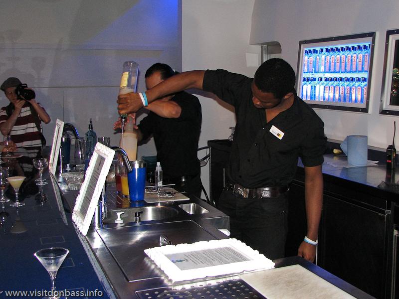 Бармен готовит коктейль с джином  Bombay Sapphire в Винополисе в Лондоне