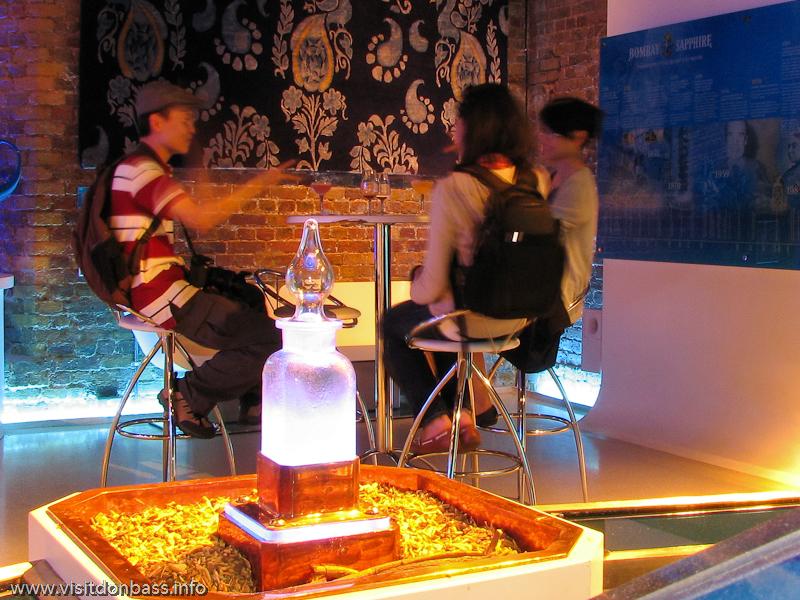Зал, посвященный крепким алкогольным напиткам в Винополисе в Лондоне