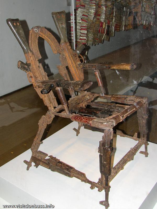 Скульптура трон Оружия Throne of Weapons в Британском музее в Лондоне