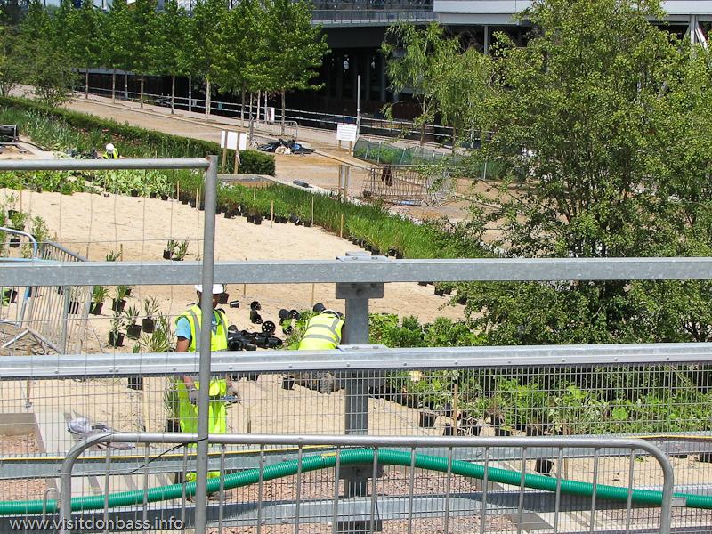 Под Олимпийским в Лондоне парком была проведена полная рекультивация земель. Вдоль берегов рек высаживали цветы и деревья, к корням которых подводилась вода