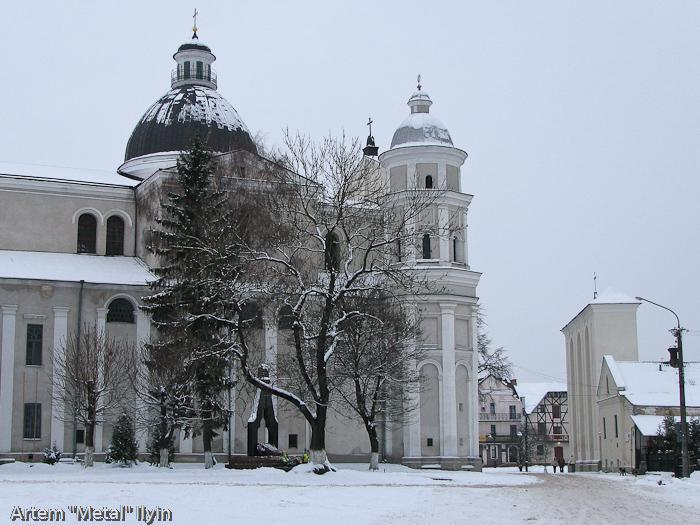 Белостенный костел Петра и Павла в Луцке зимой
