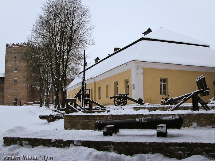 Экспозиция осадного оружия в луцком замке Любарта