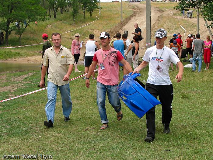 Болельщики несут бампер, оторвавшийся от Subaru Impreza Александра Фельдмана во время прохода брода на ралли Мариуполь 2008