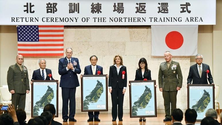 командующий ВС США в Японии генерал-лейтенант Джерри Мартинес (третий слева)