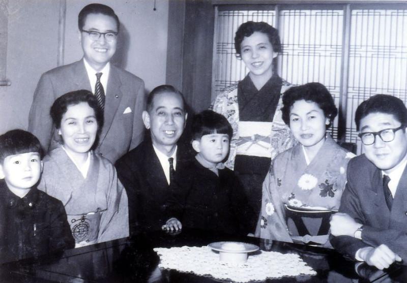 маленький Синдзо на руках у своего деда Нобусукэ Киси, крайний справа его отец Синтаро Абэ