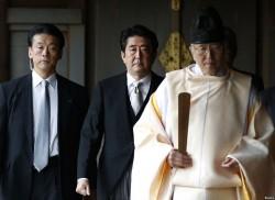Абэ в храме Ясукуни