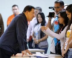 Уго Чавес с аппаратом для голосования