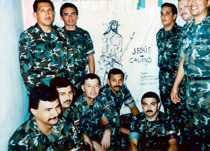 1992 год. Уго Чавес (слева) с солдатами в тюрьме после попытки захвата власти