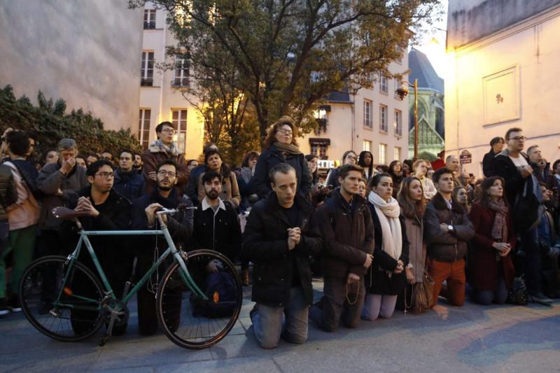 Французы стоят на коленях и молятся прямо на улицах за спасение Нотр-Дам
