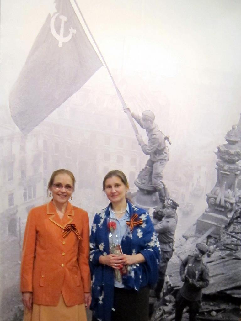 Елена Шувалова на фото слева