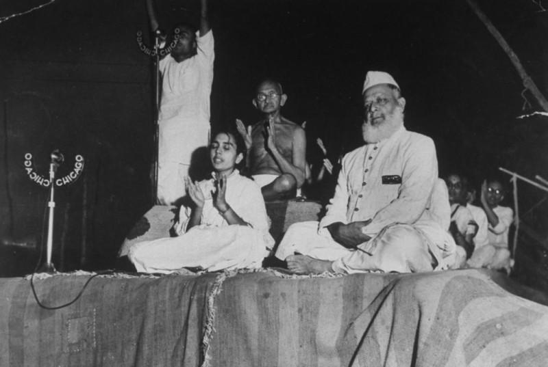 Махатма Ганди (в центре) с дочерью Индирой и одним из лидеров национально-освободительного движения Джавахарлалом Неру