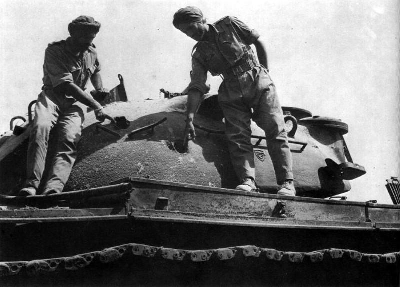 Индийские танкисты изучают подбитый «Паттон» у Асал-Утара 1960г.